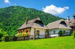 Houten hutten in traditioneel dorp, Slowakije Stock Fotografie