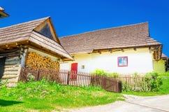 Houten hutten in typisch dorp, Slowakije Stock Foto