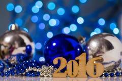 Houten inschrijving van het jaar en Kerstmisballen van 2016 Stock Afbeeldingen