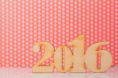 Houten inschrijving van het jaar van 2016 op rode en witte achtergrond Stock Afbeelding