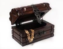 Houten juwelendoos die met toebehoren wordt ingepakt Royalty-vrije Stock Afbeeldingen