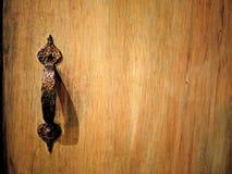 Houten kabinet met uitstekend bronshandvat stock afbeeldingen