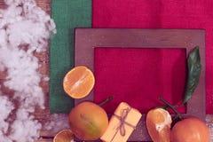 Houten kader met mandarijnen en gift stock afbeeldingen