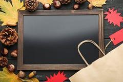 Houten kader met verkoopmarkeringen stock fotografie