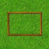 Houten kader op groen grasgebied stock foto's