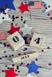 Houten kalender met de datum van 4 Juli, gelukkige onafhankelijkheidsdag, patriottisme en geheugen van veteranen royalty-vrije stock foto