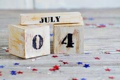 Houten kalender met de datum van 4 Juli, gelukkige onafhankelijkheidsdag, patriottisme en geheugen van veteranen royalty-vrije stock afbeelding
