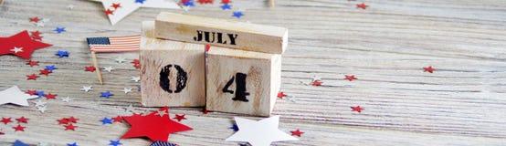 Houten kalender met de datum van 4 Juli, gelukkige onafhankelijkheidsdag, patriottisme en geheugen van veteranen royalty-vrije stock afbeeldingen