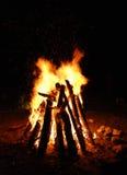 Houten kampbrand Stock Afbeeldingen