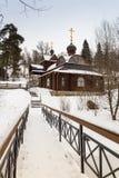 Houten kerk en brug in de winter Rusland Stock Afbeelding