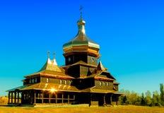 Houten kerk met gouden koepels Stock Foto