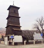 Houten kerk in stad Uzice stock fotografie