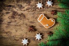 Houten Kerstmisachtergrond met peperkoekkoekjes Royalty-vrije Stock Afbeeldingen