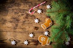 Houten Kerstmisachtergrond met peperkoekkoekjes Stock Afbeelding