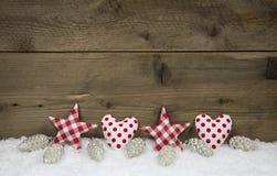 Houten Kerstmisachtergrond met rode witte gecontroleerde harten en st Royalty-vrije Stock Afbeeldingen