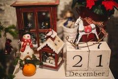 Houten Kerstmiskalender in het binnenland Stock Foto