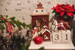 Houten Kerstmiskalender in het binnenland Stock Foto's
