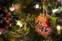 Houten Kerstmisornament op een boom royalty-vrije stock afbeelding