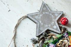 Houten Kerstmisstuk speelgoed en kruiden op de lijst Houten ster, droge munt, kardemom en kruidnagels De rustieke achtergrond van Royalty-vrije Stock Foto's