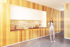 Houten keuken met een bar, een zijaanzicht, vrouw Stock Fotografie