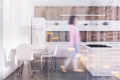 Houten keuken, witte tellers, gestemde lijst Stock Fotografie