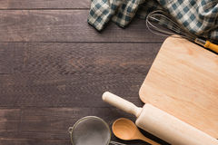 Houten keukengereedschap en servet op de houten achtergrond Stock Afbeeldingen