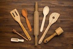 Houten keukengereedschap op uitstekende houten achtergrond Royalty-vrije Stock Afbeeldingen