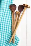 Houten keukengerei met servet royalty-vrije stock afbeelding