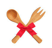Houten Keukenlepel en Vork met rode die boog op witte bac wordt geïsoleerd Stock Fotografie