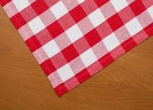 Houten keukenlijst met rood gingangtafelkleed Stock Fotografie
