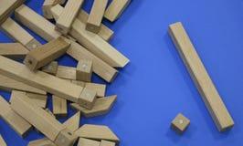 Houten kinderen` s aannemer raadsel van houten elementen met magneten of blauwe achtergrond Stuk speelgoed voor de ontwikkeling v royalty-vrije stock fotografie