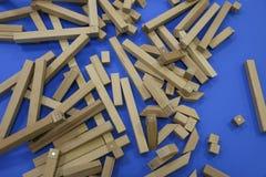 Houten kinderen` s aannemer raadsel van houten elementen met magneten of blauwe achtergrond Stuk speelgoed voor de ontwikkeling v royalty-vrije stock foto's