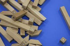 Houten kinderen` s aannemer raadsel van houten elementen met magneten of blauwe achtergrond Stuk speelgoed voor de ontwikkeling v stock foto