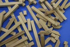 Houten kinderen` s aannemer raadsel van houten elementen met magneten of blauwe achtergrond Stuk speelgoed voor de ontwikkeling v stock afbeelding