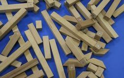Houten kinderen` s aannemer raadsel van houten elementen met magneten of blauwe achtergrond Stuk speelgoed voor de ontwikkeling v stock foto's