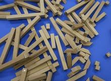 Houten kinderen` s aannemer raadsel van houten elementen met magneten of blauwe achtergrond Stuk speelgoed voor de ontwikkeling v royalty-vrije stock foto