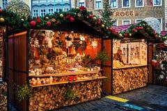 Houten kiosken bij Kerstmismarkt in Praag, Tsjechische Republiek Royalty-vrije Stock Fotografie