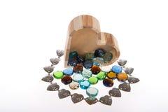 Houten kist in de vorm van hart met gekleurde stenen Royalty-vrije Stock Foto's