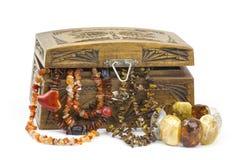 Houten kist met juwelen Royalty-vrije Stock Afbeeldingen