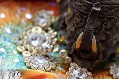 Houten kistdoos met het oosterse hoogtepunt van patronenolifanten van gouden juwelen op de achtergrond van de Frambozenstof stock foto
