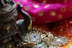 Houten kistdoos met het oosterse hoogtepunt van patronenolifanten van gouden juwelen op de achtergrond van de Frambozenstof royalty-vrije stock afbeelding