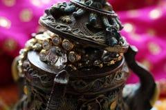 Houten kistdoos met het oosterse hoogtepunt van patronenolifanten van gouden juwelen op de achtergrond van de Frambozenstof royalty-vrije stock fotografie