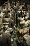Houten kleine uitstekende standbeelden van mensen Stock Foto's