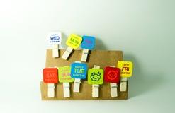 houten klemmen met woordmaandag aan Vrijdag stock afbeelding