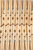 Houten klemmen voor het vastmaken van gewassen ondergoed op een koord Oude natuurlijke huistoebehoren stock foto