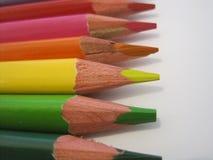 Houten kleurende potloodkleurpotloden op een wit Stock Foto's