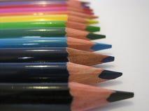 Houten kleurende potloodkleurpotloden op een witte achtergrond Stock Foto