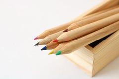 Houten kleurenpotloden Stock Afbeeldingen