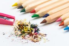 Houten kleurrijke die potloden op een witte achtergrond, scherpers worden geïsoleerd stock foto's