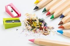 Houten kleurrijke die potloden op een witte achtergrond, scherpers worden geïsoleerd royalty-vrije stock afbeeldingen